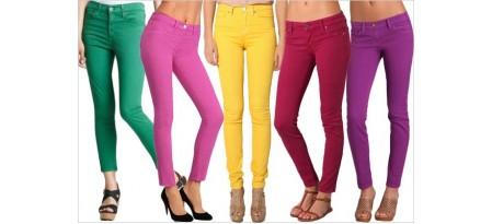 С чем носить цветные джинсы? Подбираем верх и обувь!
